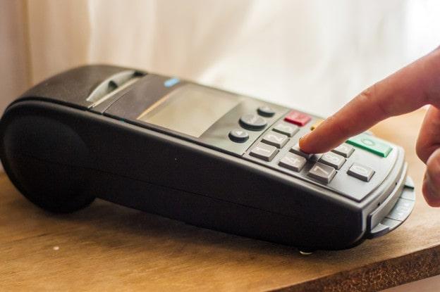 پرداخت پول از طریق دستگاه کارت خوان